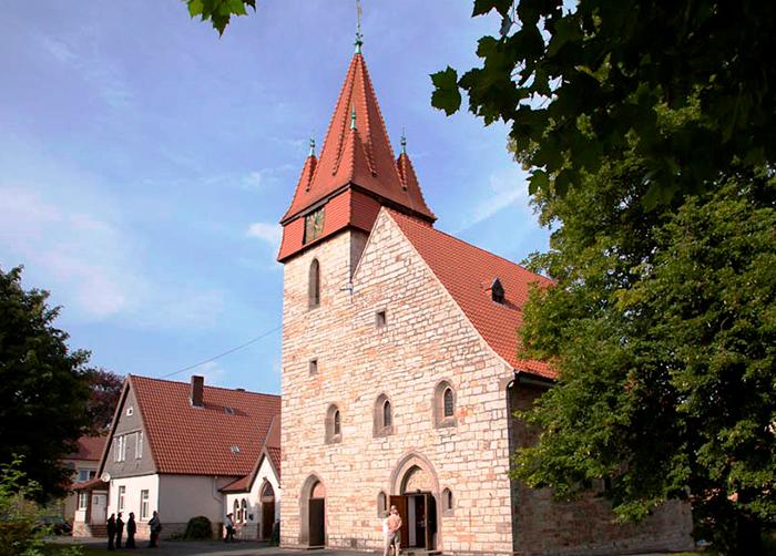 Erlöserkirche Büren mit Gemeindehaus